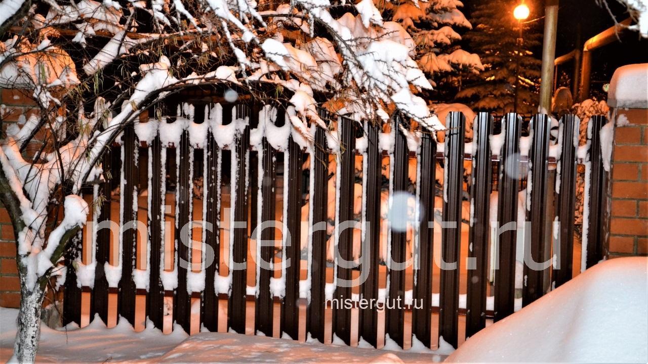 Забор из металлического штакетника.
