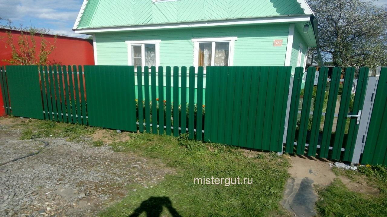 Комбинированный забор из профнастила и штакетника