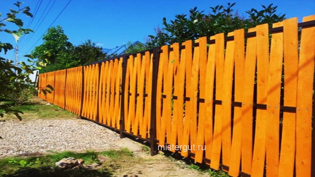 Забор плетёный из досок. Вертикальная плетёнка